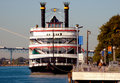 Riverboat gebunden am Dock Stockbilder