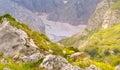 Rocky mountains dans caucase avec la neige de glacier et la vallée verte Photos stock