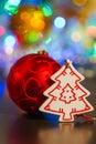 Rode bal en witte houten kerstboom op een achtergrond van ligh Royalty-vrije Stock Afbeeldingen