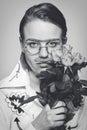 Rolig man med blommor. old-time bild Arkivfoto