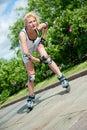Roller-skating de la muchacha en el parque Fotografía de archivo