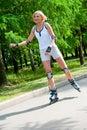 Roller-skating della ragazza nella sosta Fotografie Stock