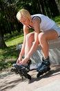 Roller-skating della ragazza nella sosta Immagine Stock