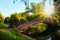 Romantischer sonnenuntergangmoment auf brücke im park Stockbild