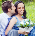 Romantischer vertrauter Paarmoment des Flüsterns Lizenzfreies Stockbild