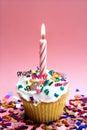 Rosafarbener kleiner Kuchen und Kerze Stockfoto