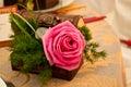 Rose in einem Kasten und Dekorationen an der Hochzeit Lizenzfreie Stockfotos