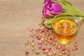 Rose tea cup avec le thé de bourgeon s est levée Photographie stock