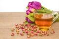 Rose tea cup avec le thé de bourgeon s est levée Photo stock