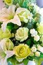 Rose and white lily artificial verde fiorisce il mazzo Immagini Stock