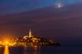 Starý v noci mesiac na farbistý nebo jadran more pobrežie z chorvátsko európa