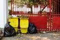 Rubbish completamente de todos os escaninhos e sacos de lixo Fotos de Stock Royalty Free