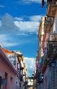 Rue dans les constructions colorées de petit morceau de La Havane Photo libre de droits