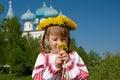Russisches mädchen auf kirche Stockfoto