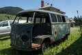 Rusty kombi a van in a yard Royalty Free Stock Images
