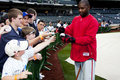 Ryan Howard signant le base-ball de ventilateurs Photographie stock