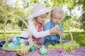 Süße junger bruder und schwester enjoying their easter eier draußen Stockfoto