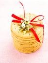 Słodcy xmas ciastka wiążący z czerwonym faborkiem solated na białym backgr Zdjęcia Stock
