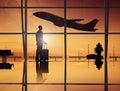 Salón del aeropuerto de waiting in an del hombre de negocios Imágenes de archivo libres de regalías