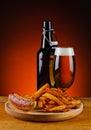 Salchicha patatas fritas y cerveza asadas a la parrilla Fotos de archivo