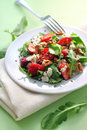 Sallad med arugula jordgubbar getost och valnötter Arkivbild