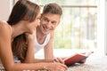 Samen lezend een boek knappe jonge mensen die een boek lezen aan hallo Royalty-vrije Stock Foto