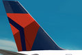 Samolot z symbolem delta air lines firma na ogonie jest zakończeniem logo piękny niebieskie niebo teren jest bezpłatny dla Fotografia Royalty Free