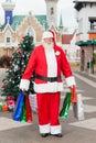 Santa claus carrying shopping bags in binnenplaats Stock Foto