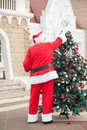 Santa claus decorating christmas tree Royalty-vrije Stock Afbeelding