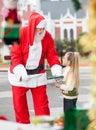Santa claus offering cookies to girl Royalty-vrije Stock Fotografie