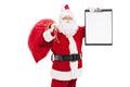 Santa claus que sostiene un tablero Fotos de archivo libres de regalías