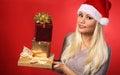 Santa girl met giftdozen over rode achtergrond kerstmis Stock Afbeeldingen