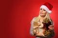 Santa girl met giftdozen over rode achtergrond kerstmis Stock Afbeelding