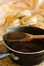 Sauce au jus de chocolat pour des biscuits Photo stock