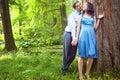 Schöne Paare, die romantischen Moment im Wald haben Stockbild
