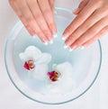 Schöne weibliche Hände, die Badekurortprozedur erhalten Stockbilder