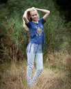 Schöner angel white teenage girl in ein feld Stockbilder