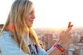 Schönes blondes mädchen das fotos der stadt macht Lizenzfreies Stockfoto