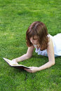 Schönes mädchen teen young das ein buch im freien liest Lizenzfreie Stockfotografie