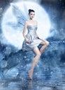 Schöne brunettefrau als silberne fee auf nächtlichem himmel mit flügeln und magischem stab Lizenzfreies Stockfoto
