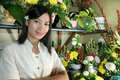 Schöner Blumenhändler bei der Arbeit Stockfotografie