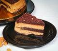 Schokoladenkuchen auf platten und selbst gemachtes Lizenzfreies Stockbild