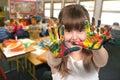 Vek maľovanie jej ruky v trieda