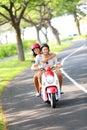 Scooter - couple pilotant en été Image stock