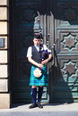 A scotsman wearing traditional scottish outfit playing the bagpipes edinburgh scotland may along royal mile in edinburgh on th Stock Photos