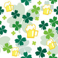 Seamless pattern with beer and clover leaves Royalty Free Stock Photos