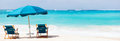 Sedie ed ombrello sulla spiaggia tropicale Immagini Stock Libere da Diritti