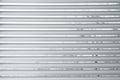 Semi-closed metallische Vorhänge auf einem Fenster Lizenzfreie Stockfotos