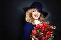 Senhora feliz fashion model com flores Imagens de Stock