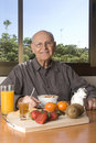 Senior man having a healthy breakfast Royalty Free Stock Photos